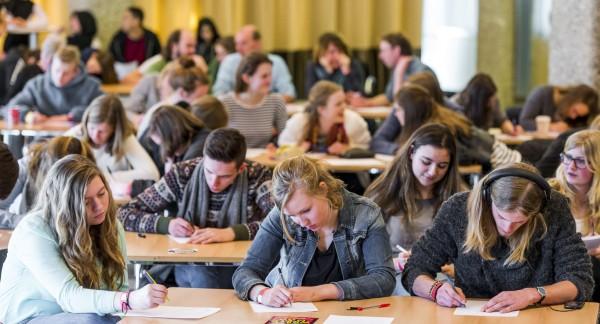 Leerlingen aan het schrijven Kort Rotterdams