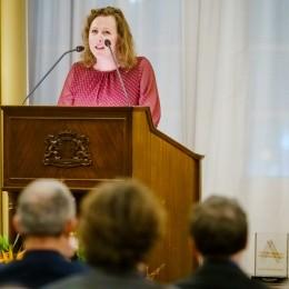 Anna Blaman Prijs 2019-jurylid Ester Naomi Perquin leest het juryrapport voor.