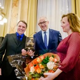 Burgemeester Ahmed Aboutaleb en jurylid Ester Naomi Perquin overhandigen bokaal en bloemen aan Anna Blaman Prijs 2019-laureaat Edward van de Vendel.