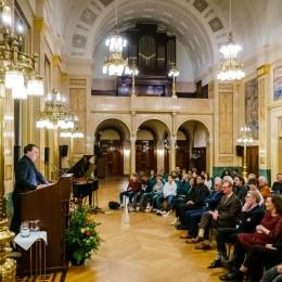 De zaal luistert aandachtig naar het dankwoord van Edward van de Vendel.