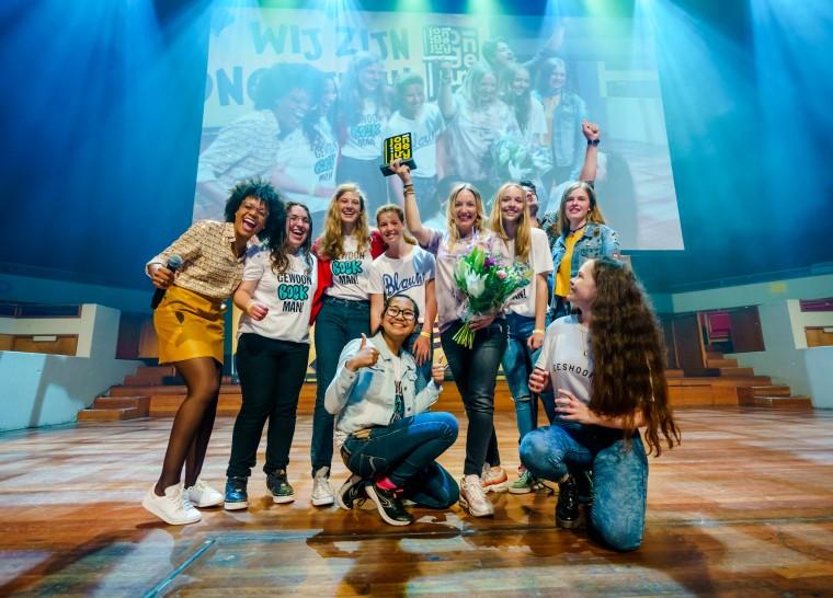 Mel Wallis de Vries met Jonge Jury Boekgenootschap 2019