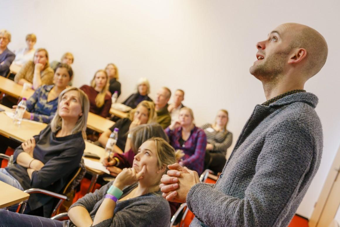 Jaap Robben tijdens zijn lezing 'Van prentenboek tot roman' tijdens de Dag van het Literatuuronderwijs 2018