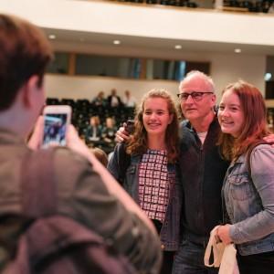 herman koch op de foto met leerlingen tijdens de dag van de literatuur