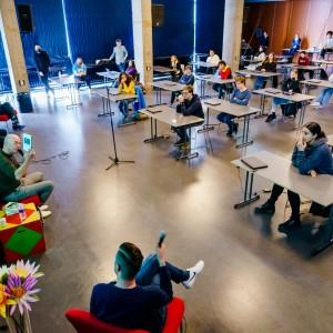 Dag van de Literatuur Lokaal. Rotterdams Montessori. Tommy Wieringa, Abdelkader Benali en Kader Abdolah, 16 maart 2021. Foto Marco De Swart